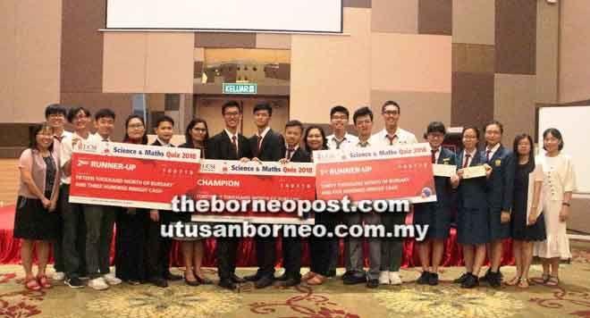 pasukan pemenang beraksi dengan replika cek yang dimenangi selepas diumumkan sebagai pemenang