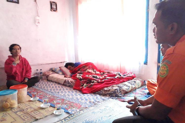nining sunarsih sedang tertidur saat dikunjungi tim basarnas di kampung cibunar desa gede pangrango
