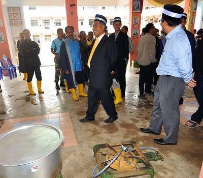 datuk ahmad said melawat sebuah sekolah yang menempatkan mangsa banjir di tok jembal semalam