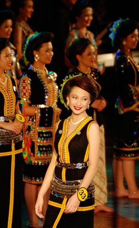 finalist dari penampang antara tumpuan pada acara akhir unduk ngadau 2012 kredit foto untuk james tseu see hua daily news