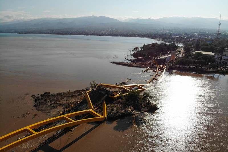 wilayah di palu yang hancur akibat dihantam tsunami usai gempa 7 4 sr melanda pada