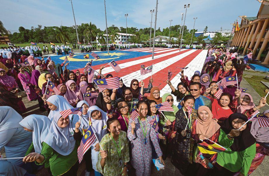 Bendera Malaysia Mewarna Terhebat Bendera Gergasi Bekas Telur Harian Metro