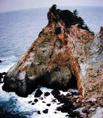 kalo dilihat sekilas gambar tersebut kelihatan seperti kepala kuda kan namun sebenarnya gambar ini adalah foto sebuah gunung bisa lihat nggak