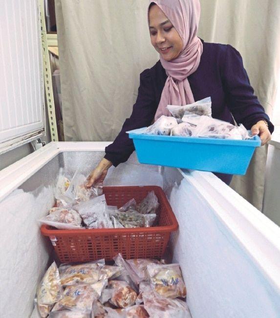 kerja pemprosesan seperti menyiang ikan memotong ayam membersihkan sotong dan udang dilakukan dua pekerja selepas siap
